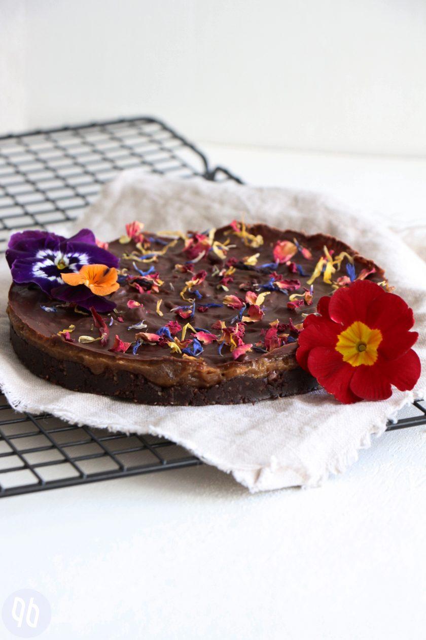 Rohköstlicher Schokoladen-Karamell-Kuchen