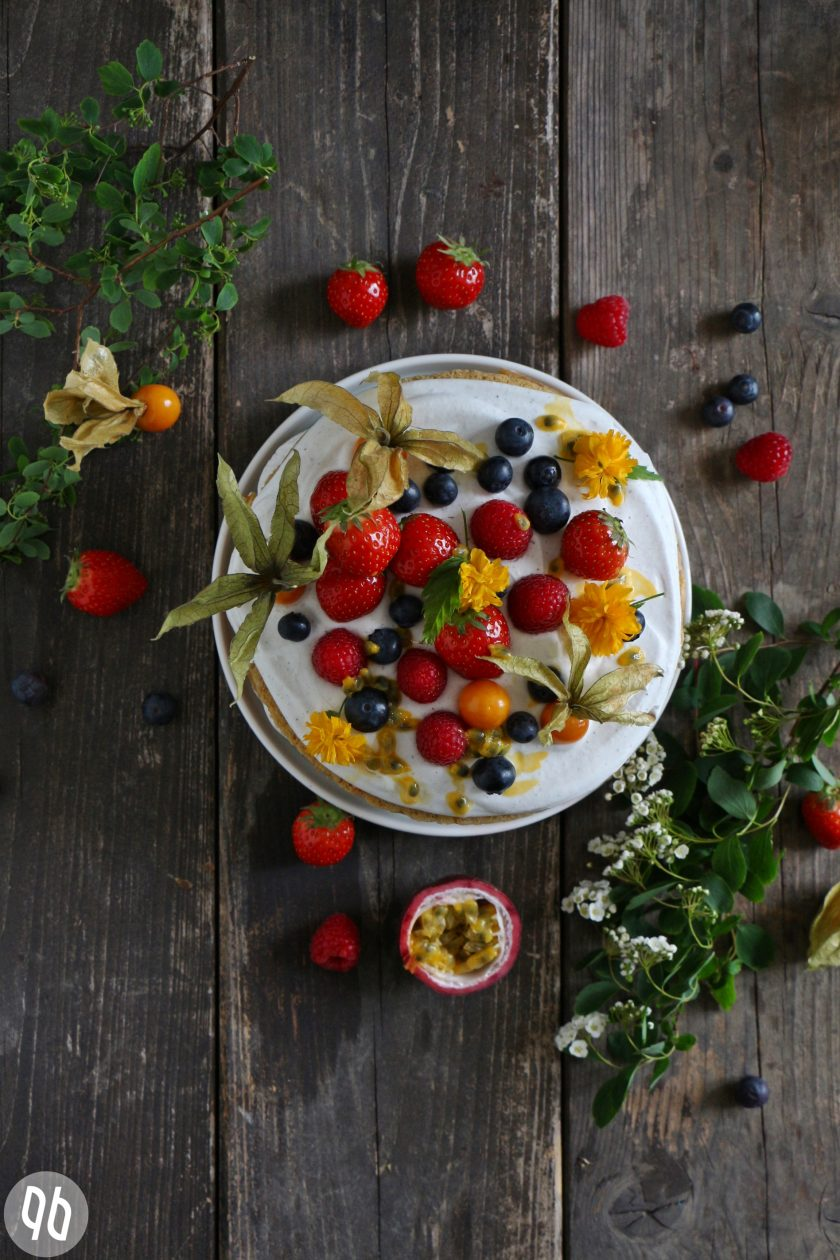 Torte mit Beeren und Kokossahne