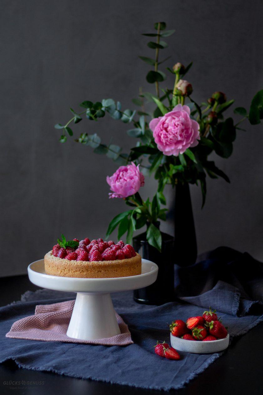 Veganer Erdbeerkuchen und Blumen