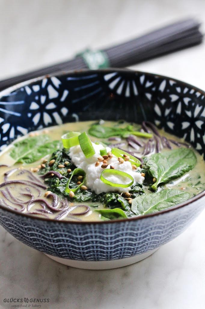 Thailändische Spinatsuppe mit Reisnudeln