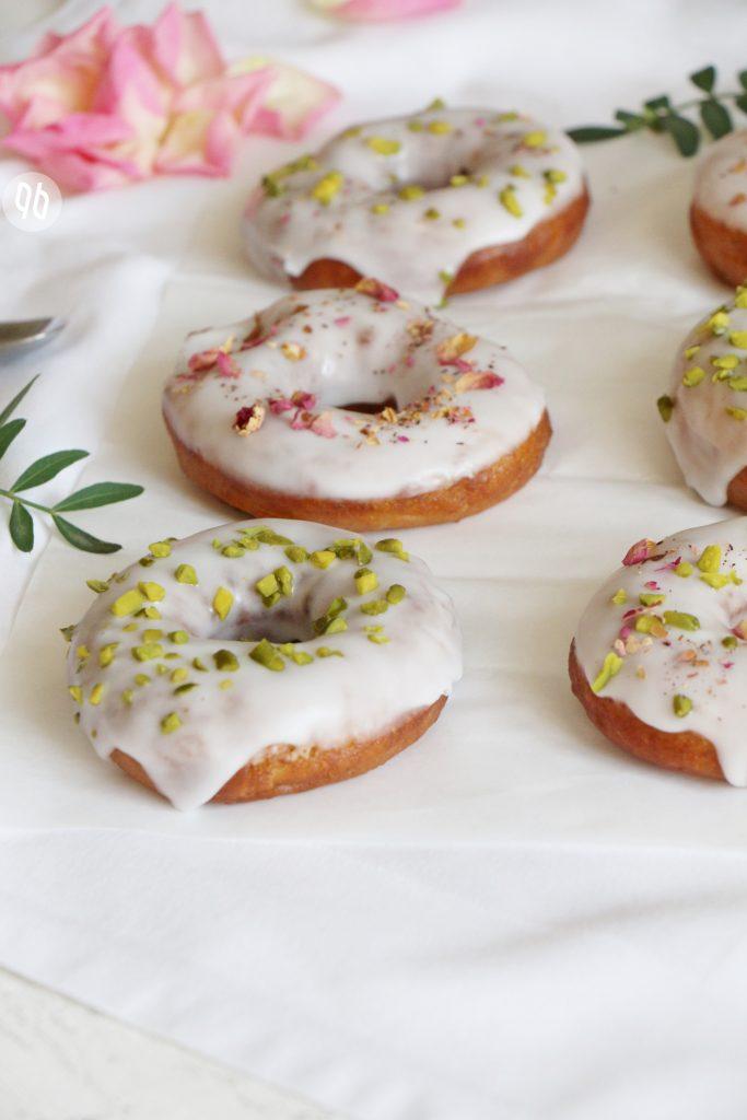 {Rezept} Vegane Donuts mit Pistazien & Rosenblüten