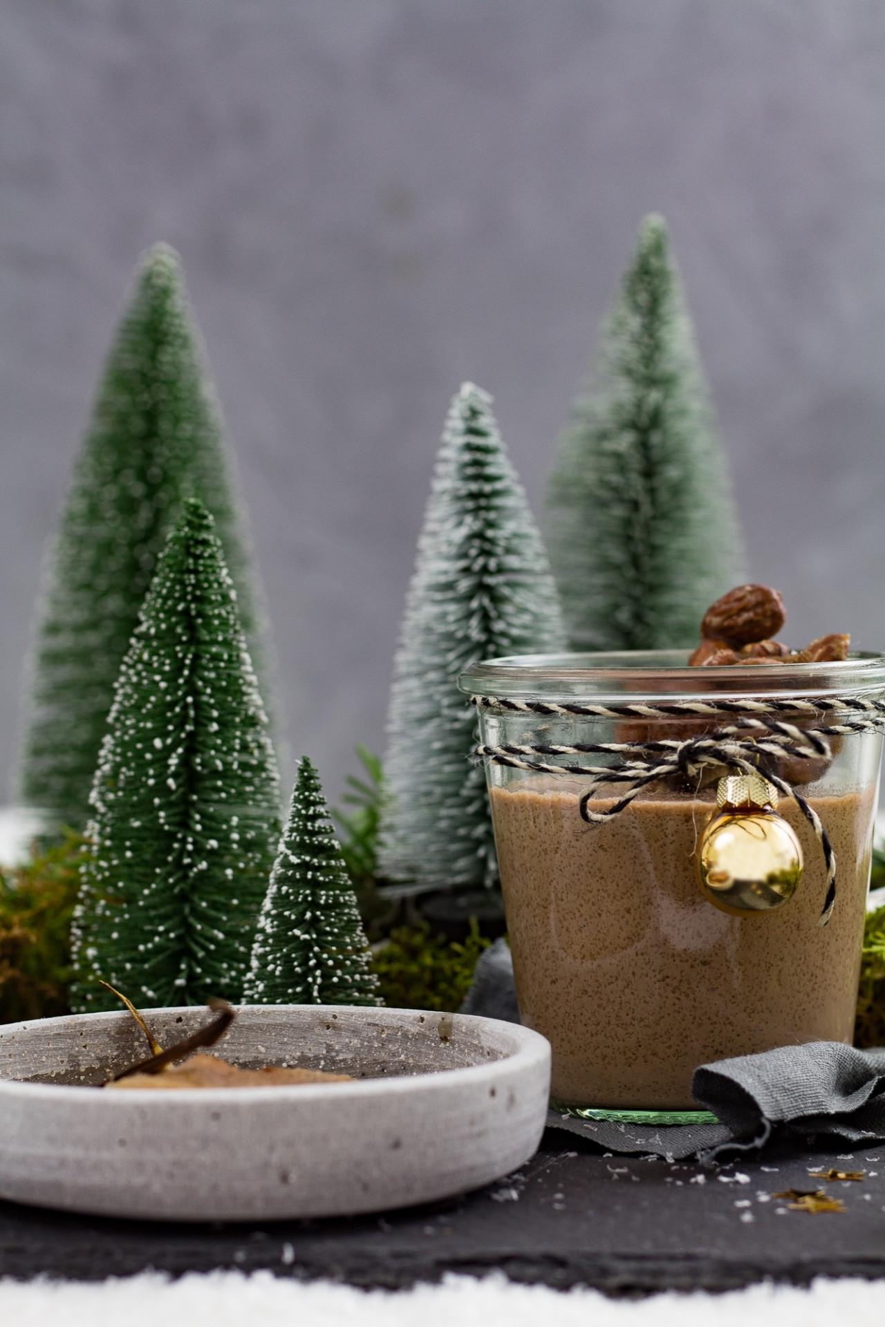 Winterliches Macadamia-Panacotta mit Gewürzbirnen & Mandelkaramell