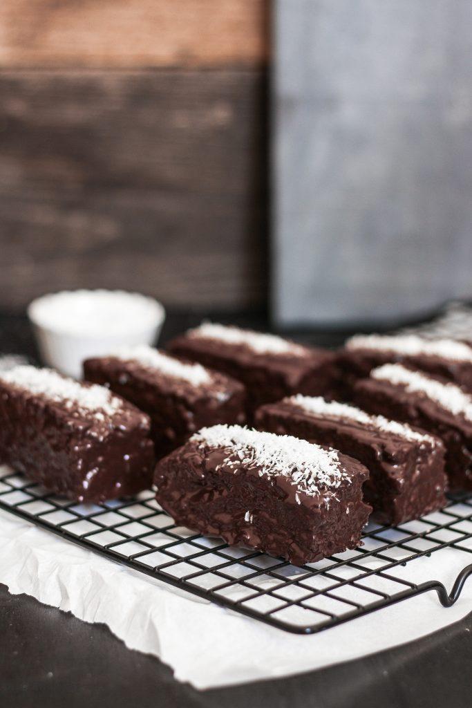 {Rezept} Kleine Bountykuchen mit Kokos & Schokolade