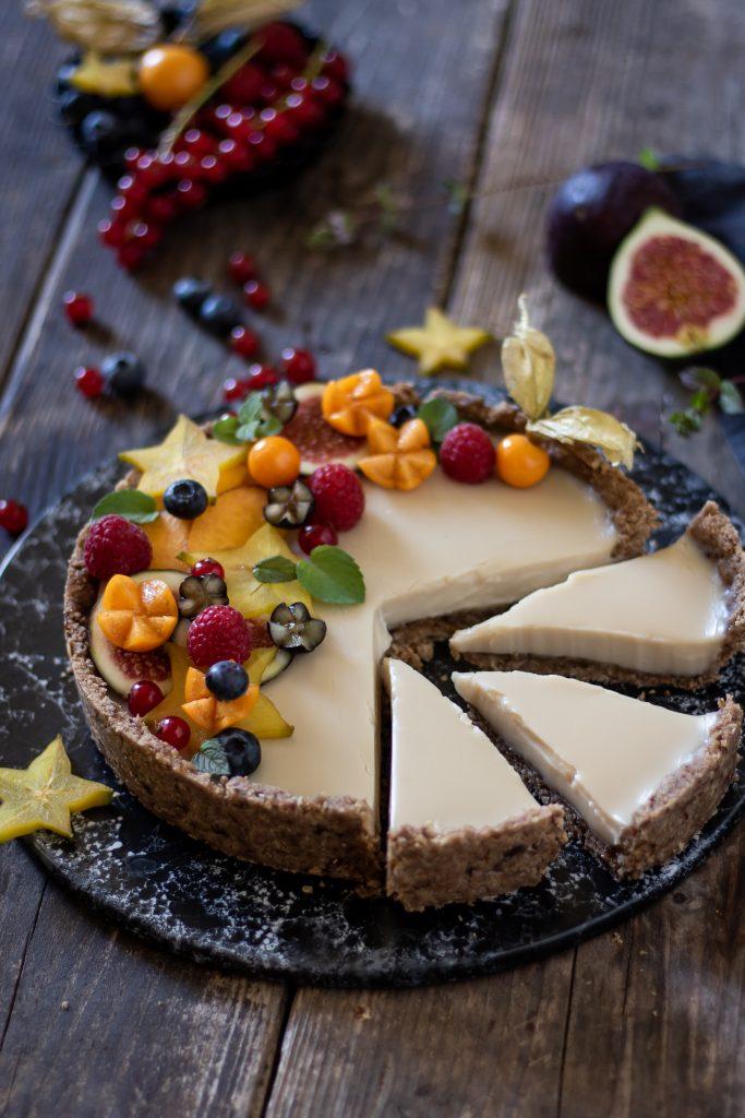 No Bake Kuchen mit weißer Schokolade und Früchten vegan