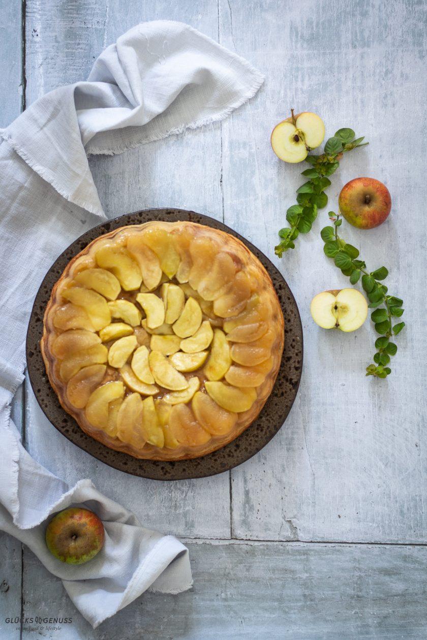 Gestürtzter Apfel-Zimtschnecken-Kuchen