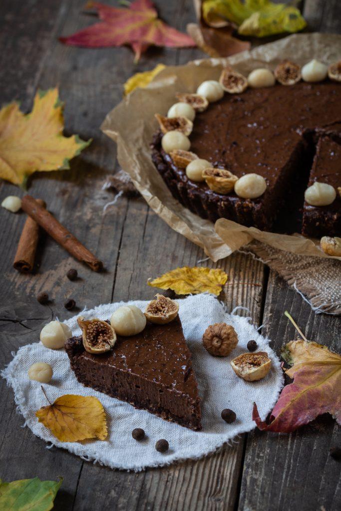 Rohkoestliche Schokoladentarte mit getrockneten Pflaumen