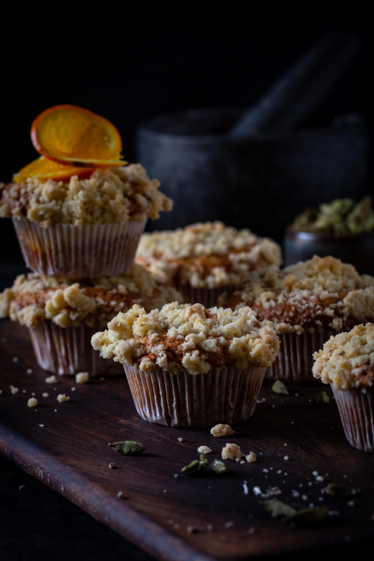 Orangen-Muffins mit Kardamomstreuseln