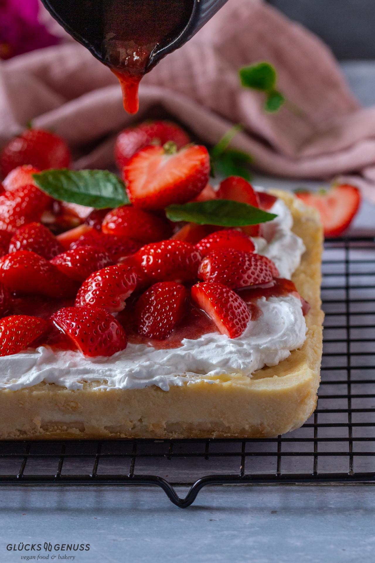 Cremiger Erdbeer-Käsekuchen mit Fruchtsoße