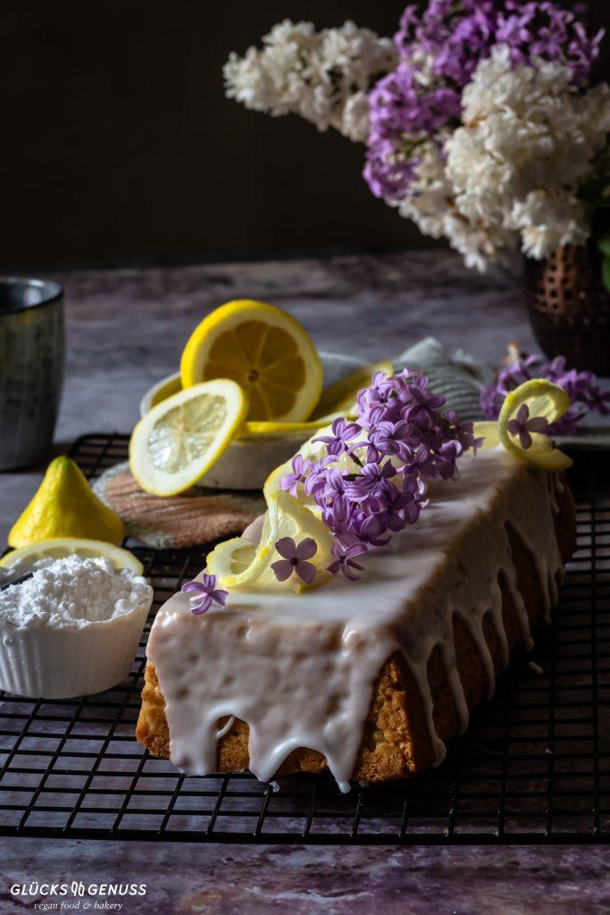 Kuchen mit Zitronen und Blüten