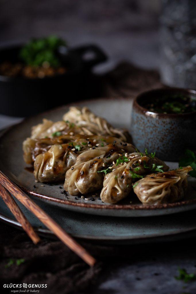 Dumplings mit Champignons und veganem Hack