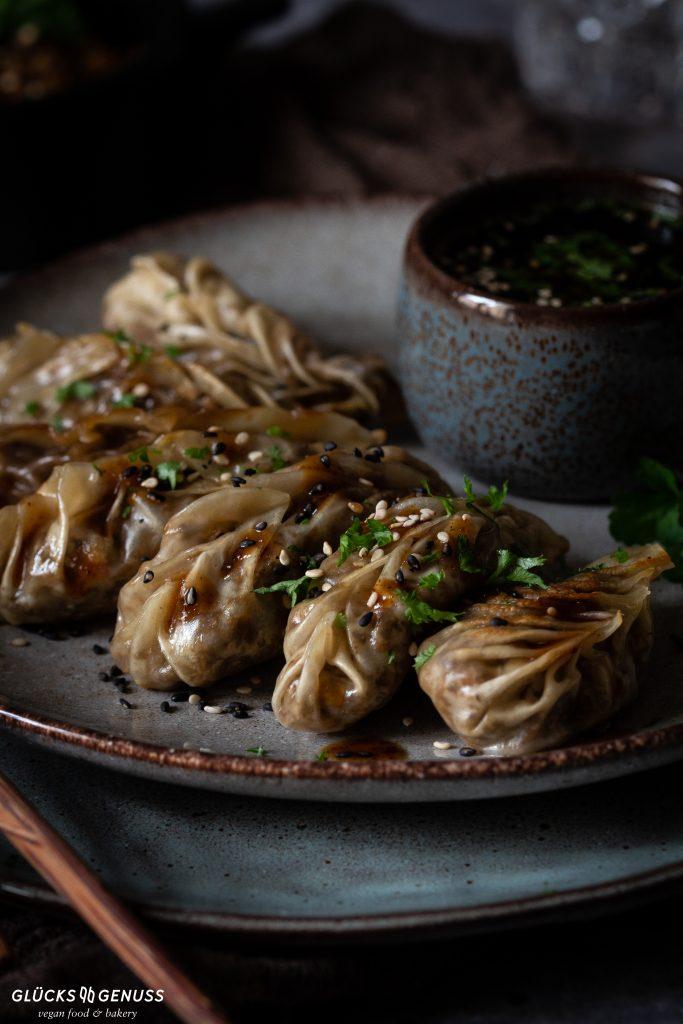 Vegane Dumplings / Gyoza mit Champignonfüllung (Anzeige)