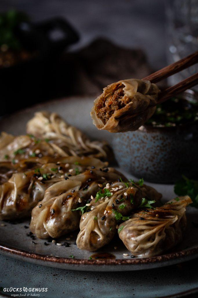 Gefüllte Dumplings mit Champignons und Sesam