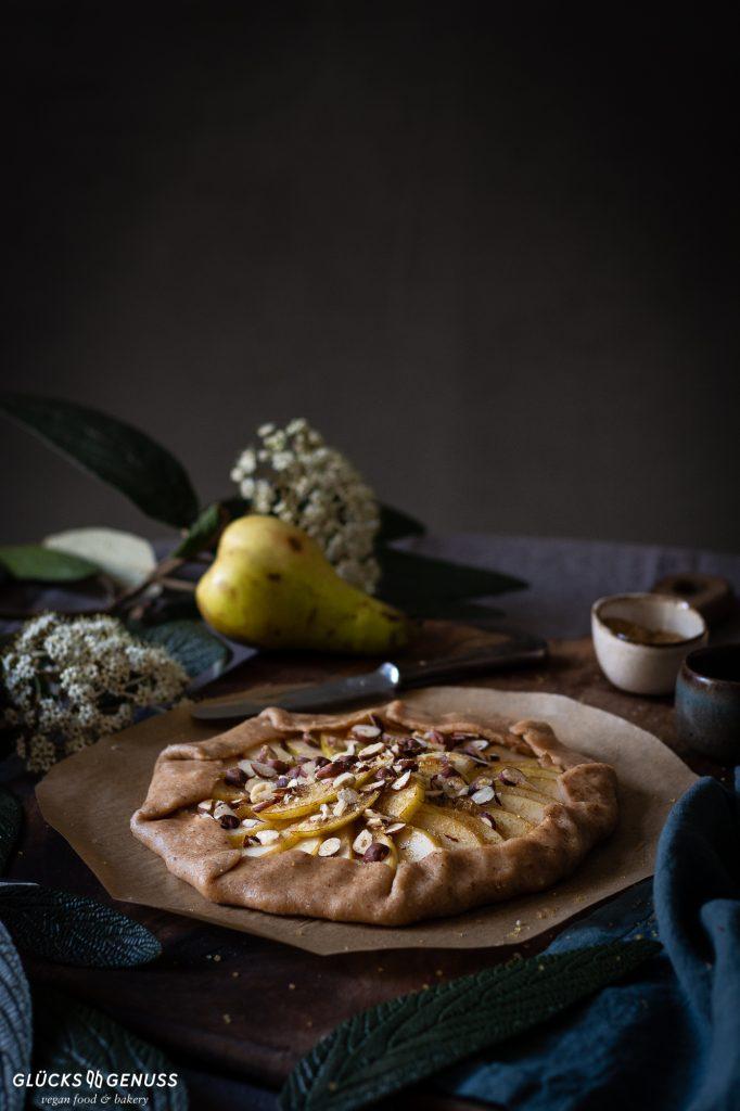 Birnengalette mit gerösteten Haselnüssen