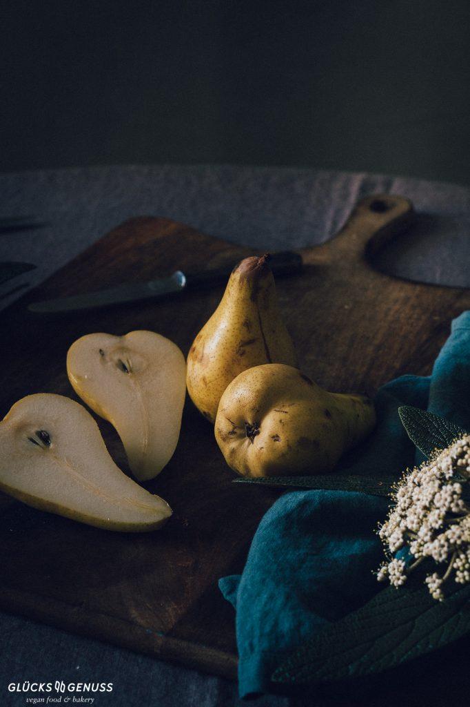 Birne aufgeschnitten auf Holzbrett moody