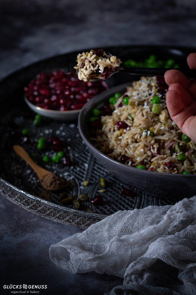 Orientalische Gemüse-Reispfanne mit Löffel