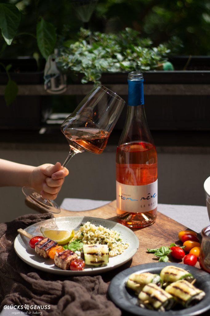 Roséwein auf gedecktem Tisch