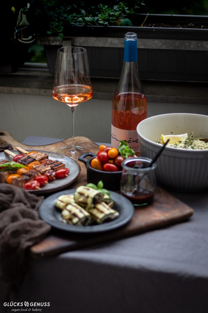 Tisch mit gegrillten Speisen