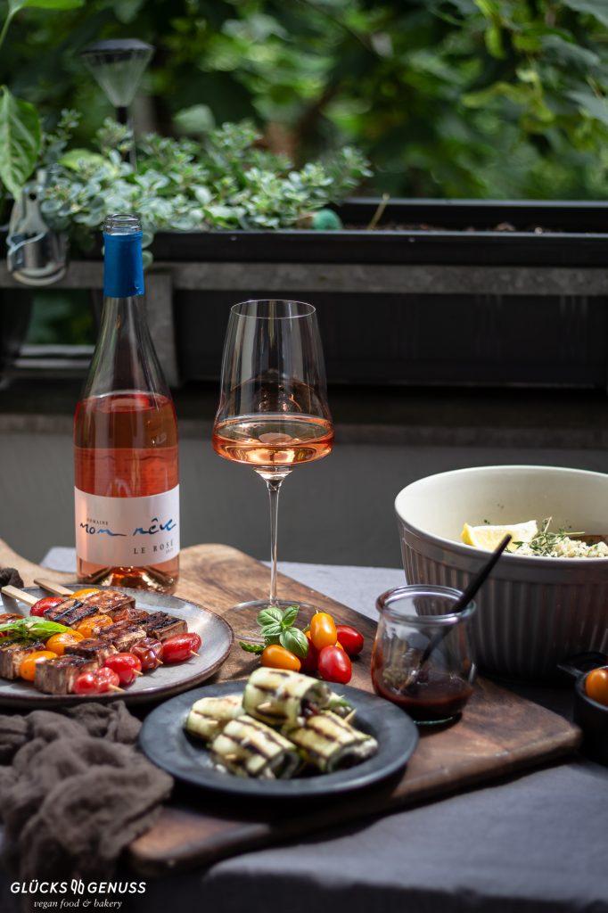 Tisch mit Wein und Tellern mit Essen