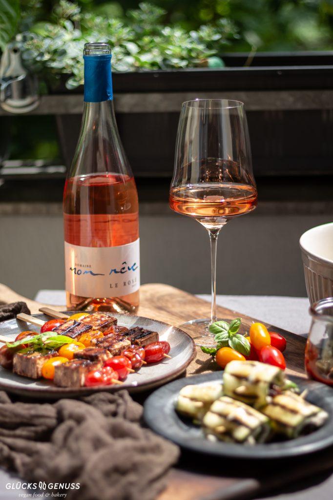 Gedeckter Tisch mit Wein