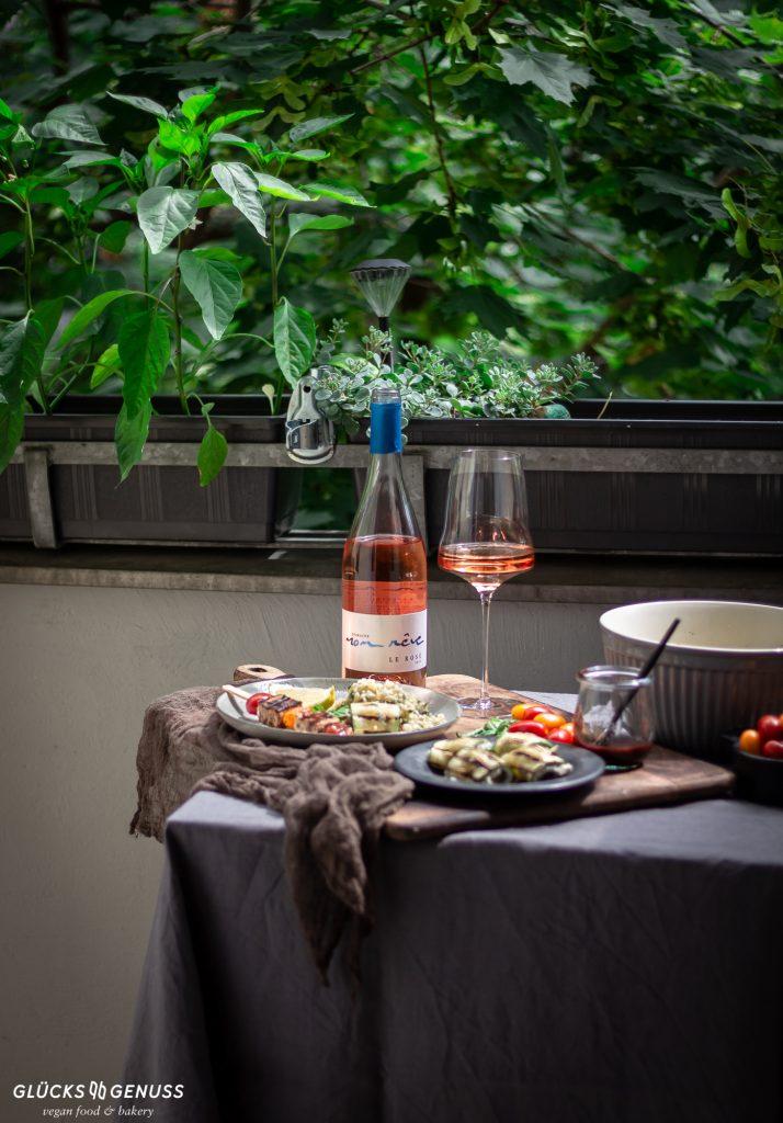 Gedeckter Tisch mit Essen und Wein