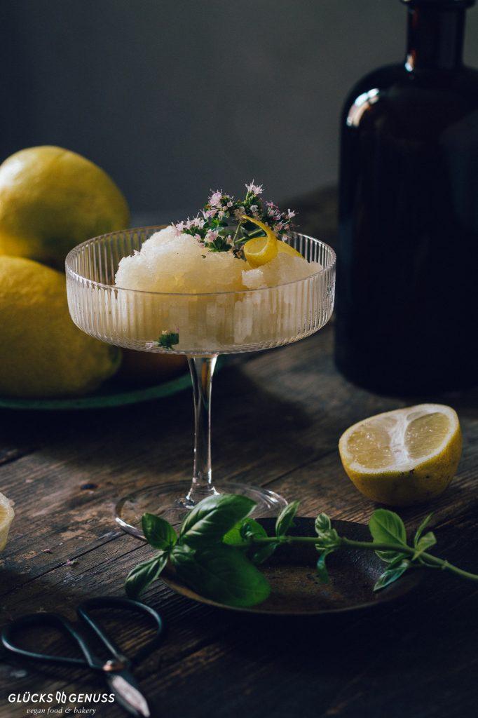 Zitronensorbet mit Basilikum
