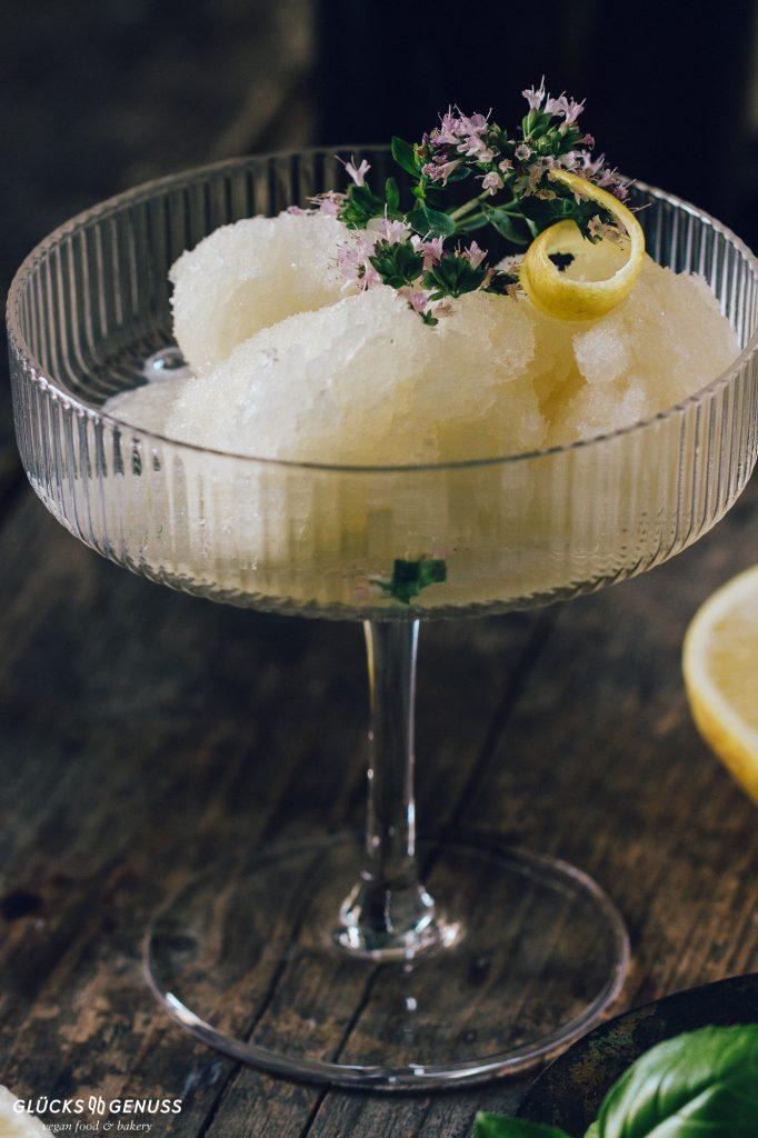 Zitronensorbet mit Basilikum im Glas