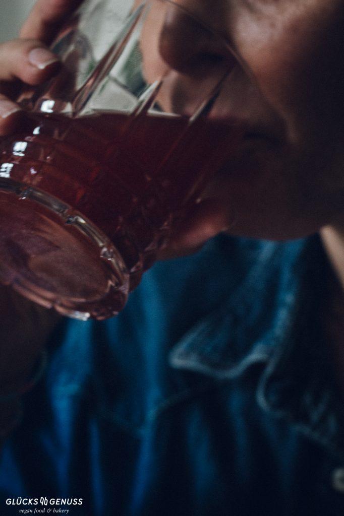 Frau trinkt aus Glas