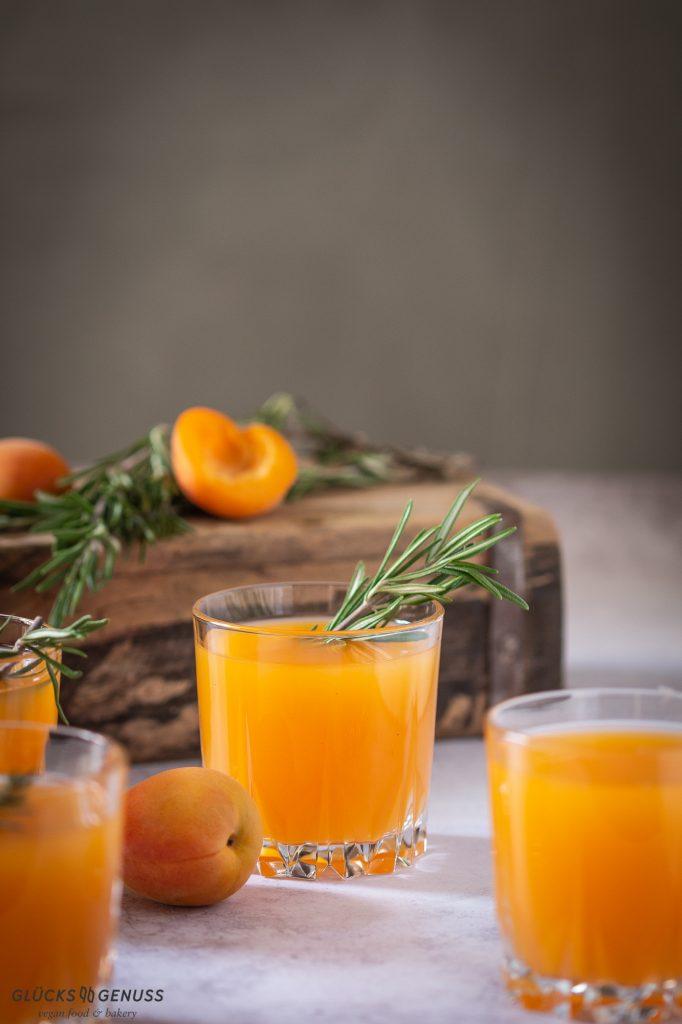 Aprikosen-Rosmarin-Drink mit Whiskey von Gluecksgenuss