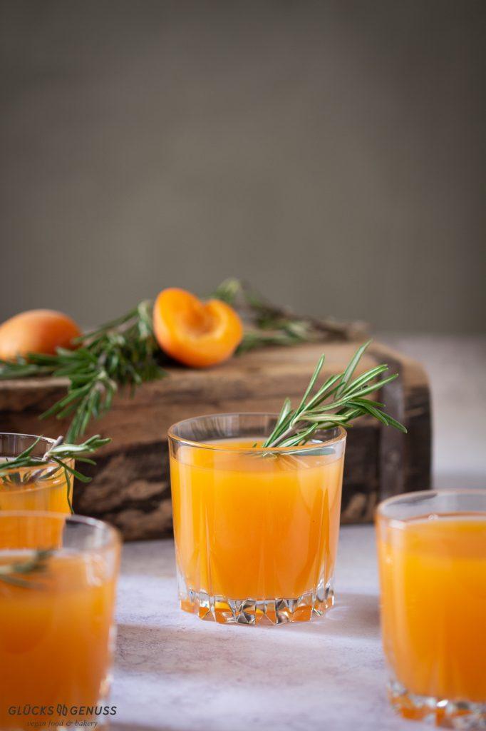 Aprikosen-Rosmarin-Drink mit Whiskey