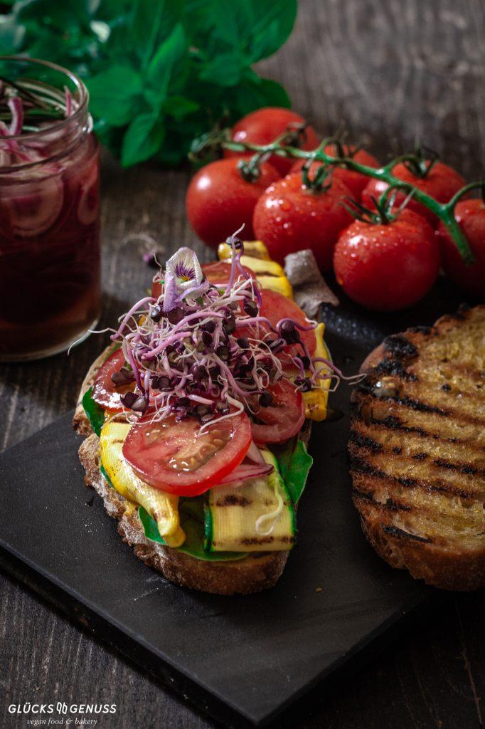 Grillbrot mit Gemüse und Sprossen