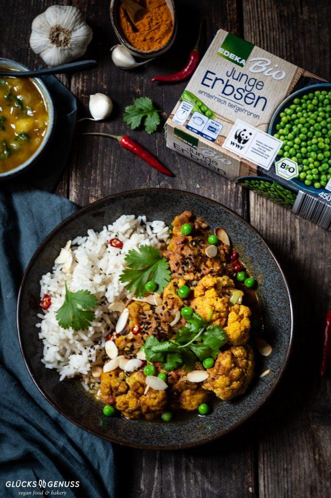 Teller mit Curry und Erbsen