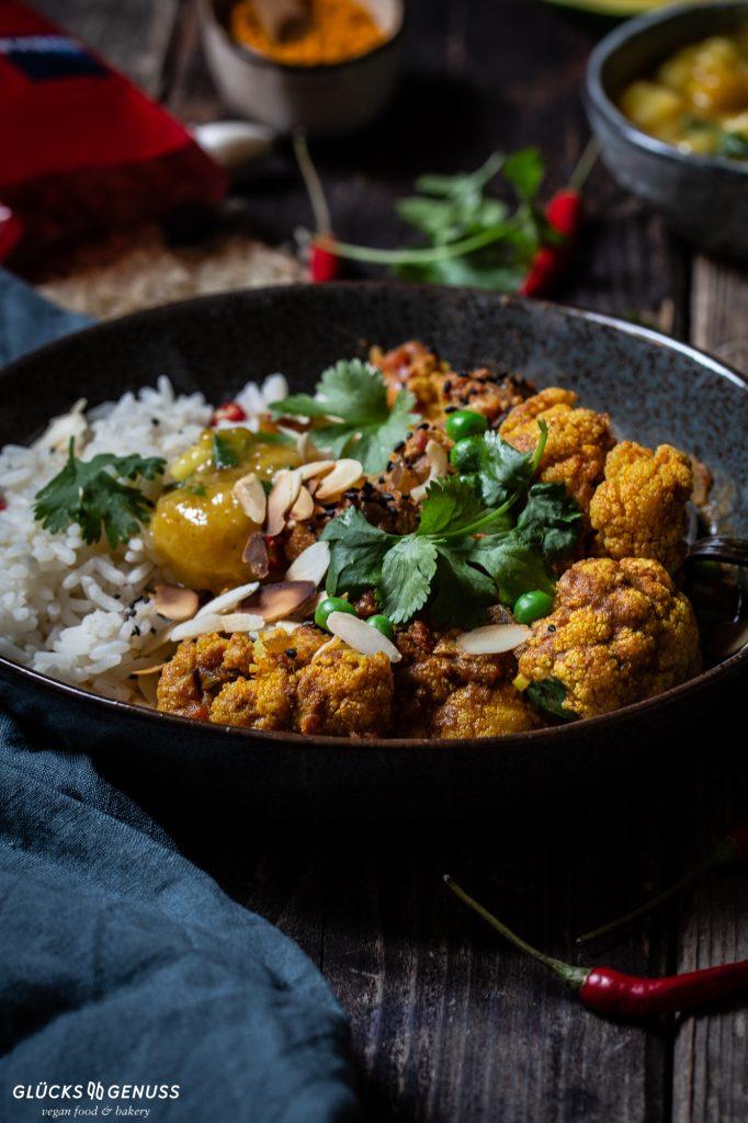 Teller mit Blumenkohlcurry und Reis