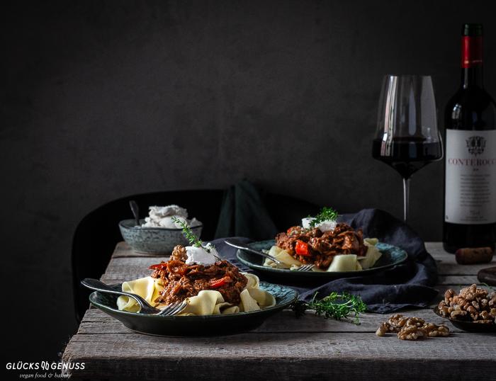 Pflanzliches Jackfrucht-Gulasch mit Rotwein