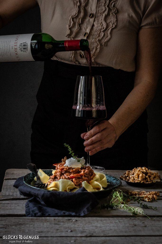 Pasta mit veganem Gulasch und Weinglas
