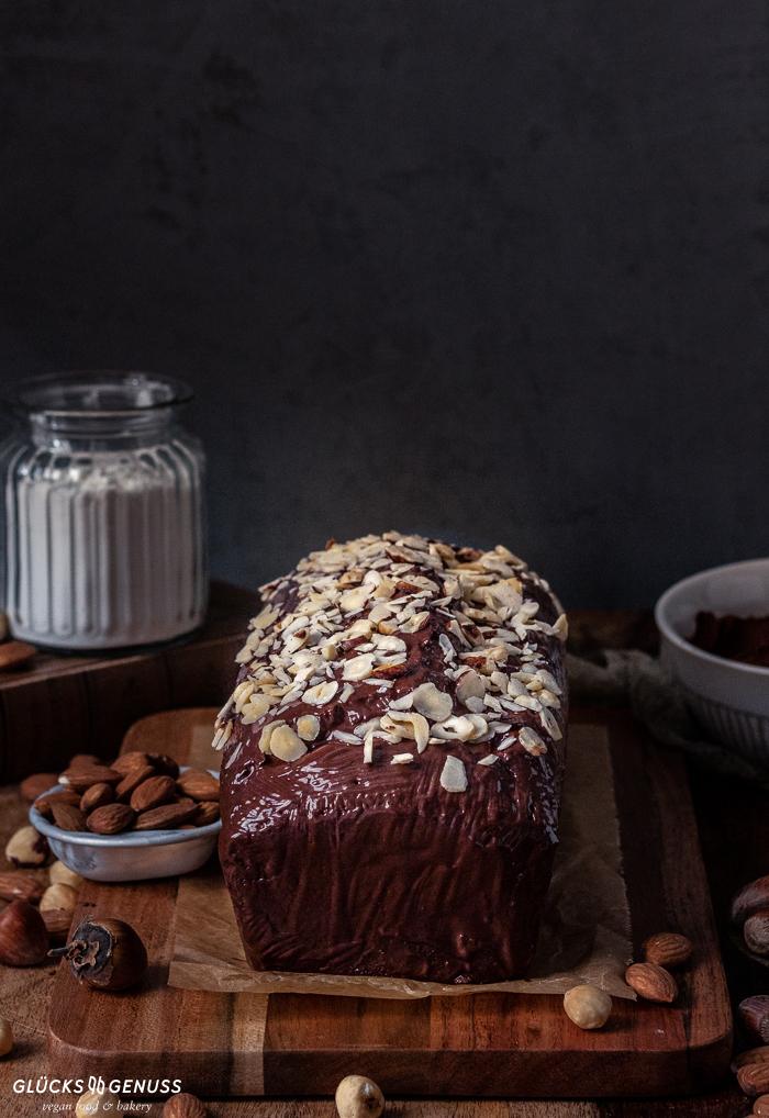 Veganer Nusskuchen mit Schokoladenglasur