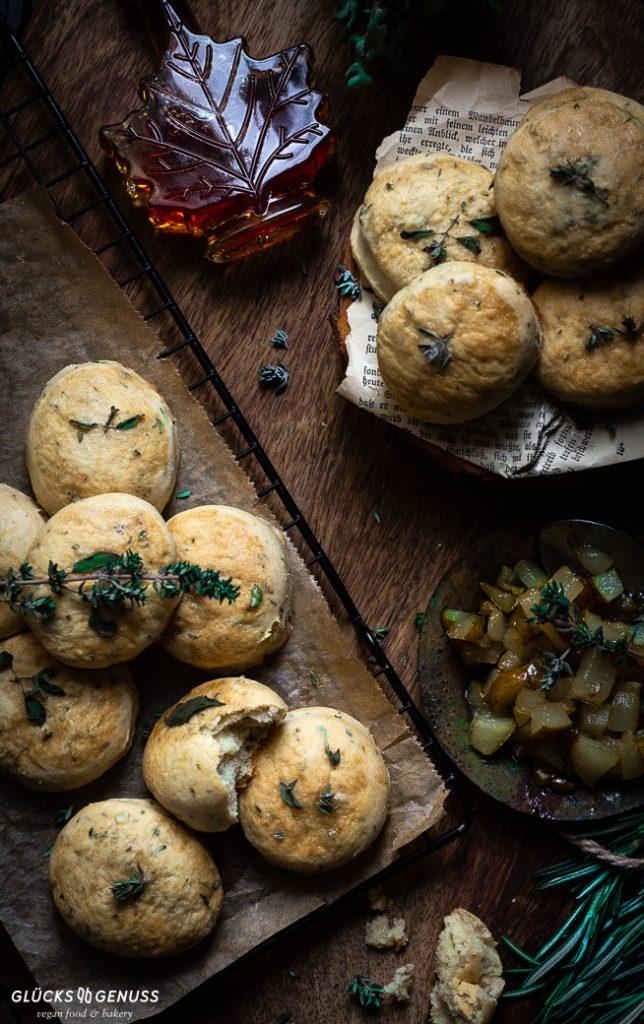 Kräuterscones mit Birnenkompott und Ahornsirup